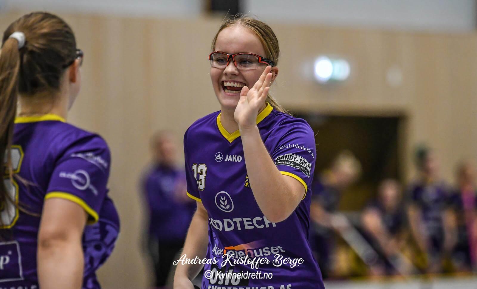 Tunets Caroline Bjercke fikk premie som sitt lags beste spiller etter fem poeng (3+2) mot Gjelleråsen. Foto: Andreas Kristoffer Berge