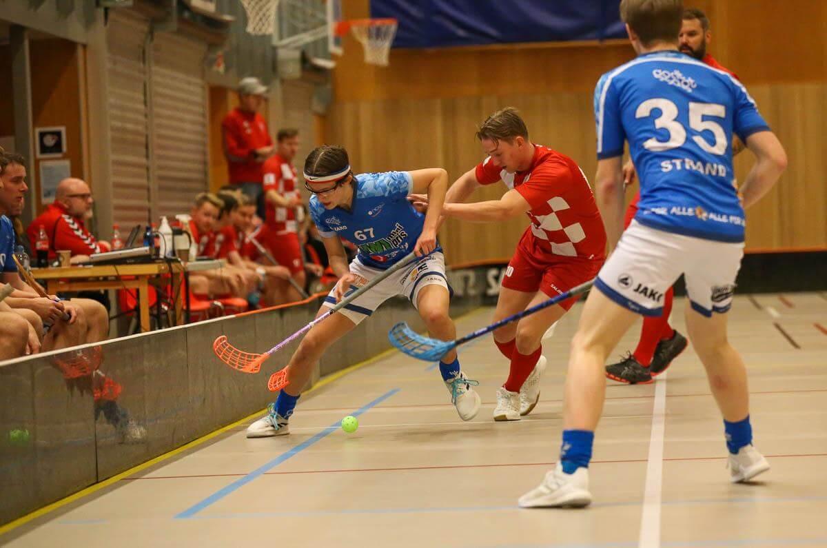 Det ble mange dueller i dagens kamp mellom Sveiva og Nor 92, her kriger Sebastian Kämpe og Martin Lilleby om ballen. Foto: Kent Henriksen