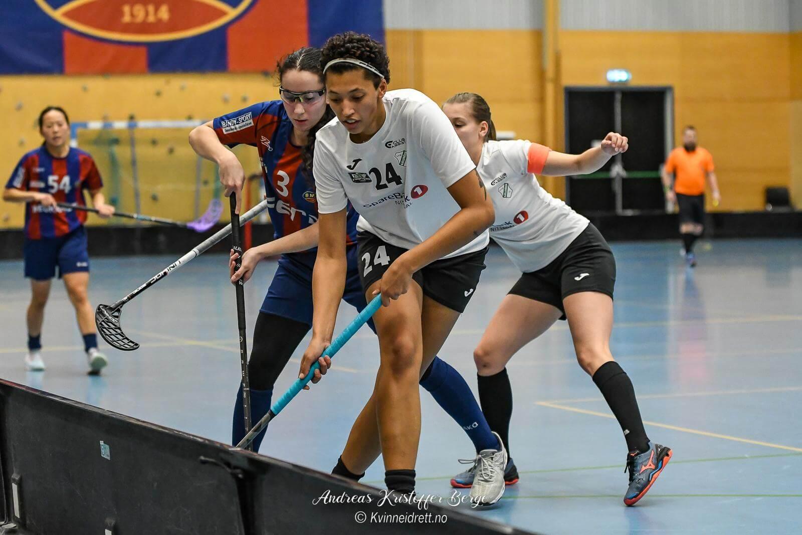Helene Bwiza Karlstrøm scoret mot gamle lagkamerater, men kunne ikke forhindre at Monolitten tok alle tre poengene i kveld. Foto: Andreas Kristoffer Berge