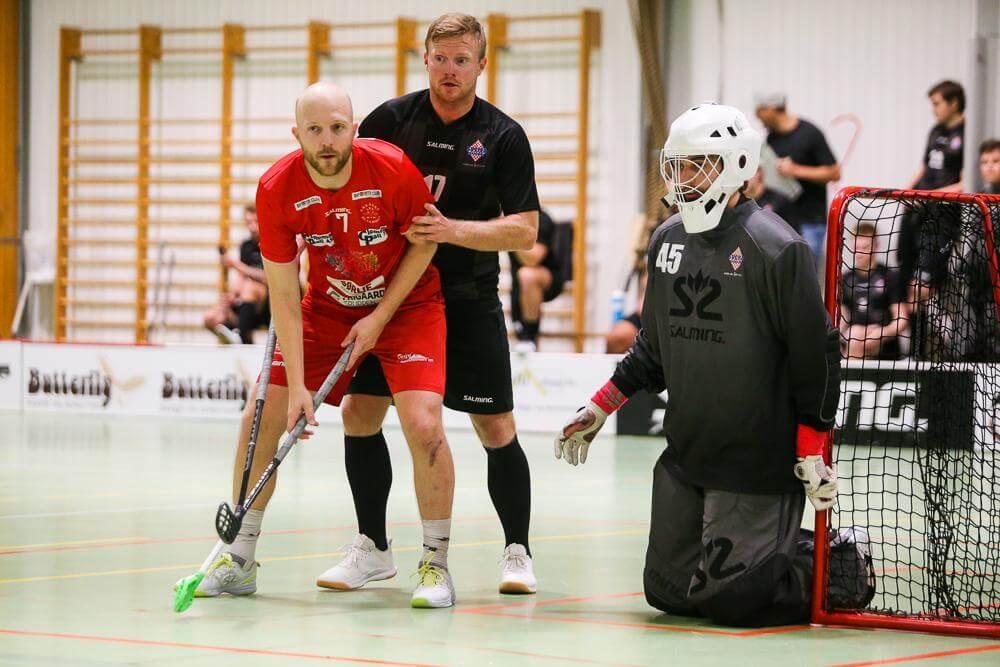 Veteranene Lars Erik Torp og Andreas Sletten i duell. Klubblegendene gjorde en god figur i toppkampen, og Torp var poengbest i kampen med tre scoringer og en assist, Sletten noterte seg for en assist.