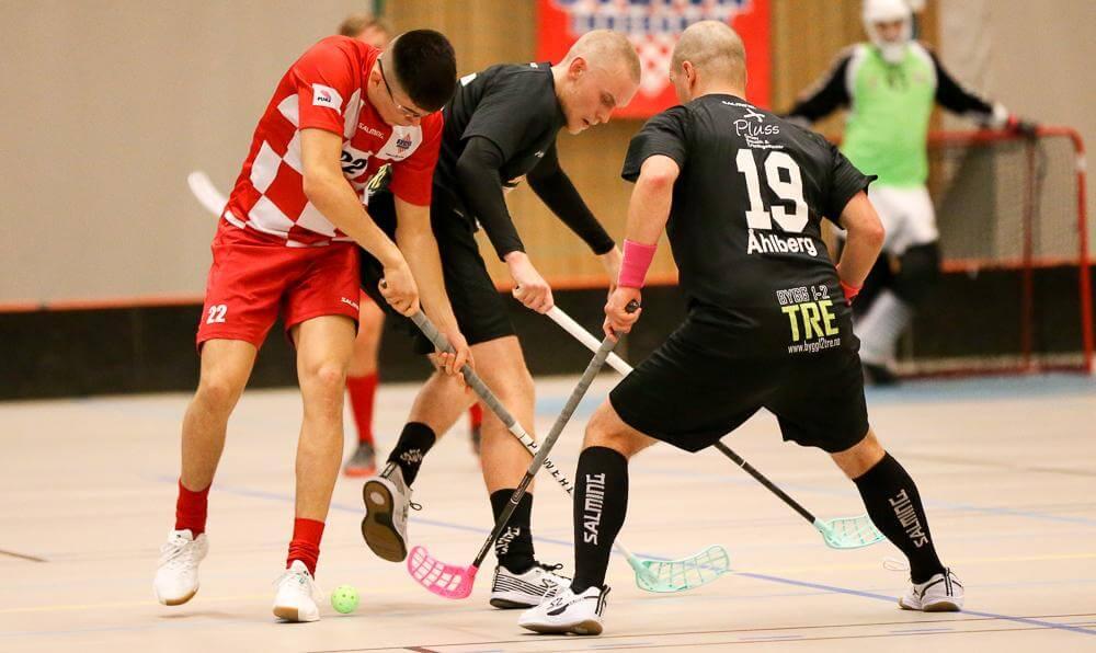 Lukas Haugen og Gustav Franzon i duell, med hjelp fra Johan Åhlberg.